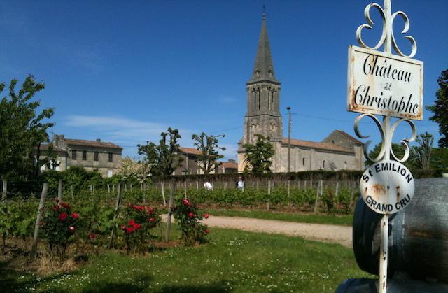 Vignes du Château Saint-Christophe avec vue sur l'église