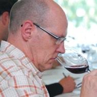 Tom Cannavan dégustant le Château Saint-Christophe